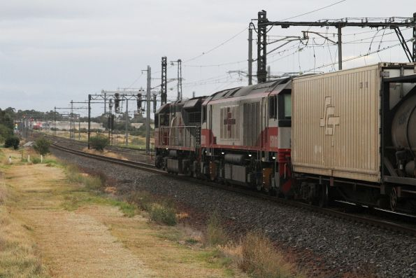 SCT003 leads CSR011 on a northbound MB9 service at Altona Junction