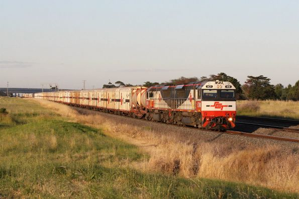 SCT008 leads SCT009 on the westbound train outside Corio
