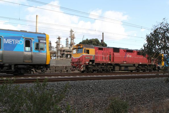 Life extension EDI Comeng 455M overtakes the transfer move at Altona Junction
