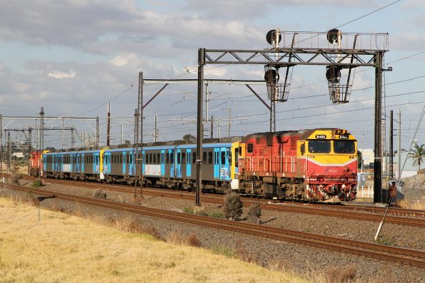 N466 trails the transfer move through Altona Junction towards Newport at 5 km/h