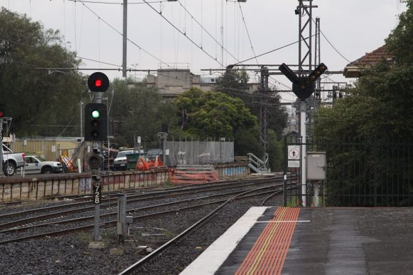 Signals at the down end of Caulfield platform 2