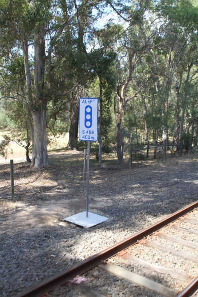 'Alert S488 400m' sign on the approach to Rosanna station