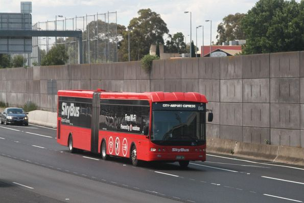 SkyBus articulated bus #86 BS00QF southbound on CityLink at Flemington Road
