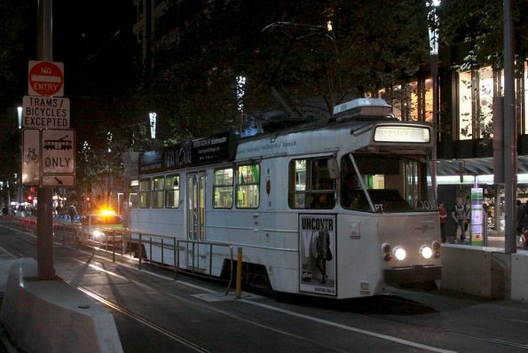 Z2.101 heads north on Swanston Street, having abandoned his first attempt to turn into La Trobe Street