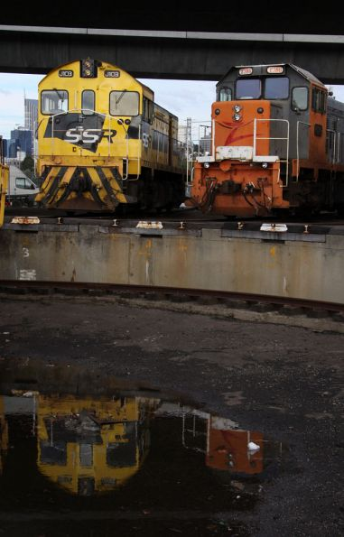 SSR J103 and EL Zorro T386 reflected in the SG turntable pit at South Dynon