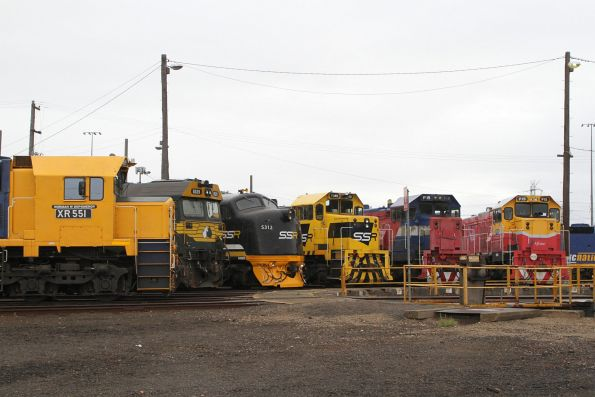 XR551, G529, S312, T385, P18 and P15 around the broad gauge turntable at South Dynon