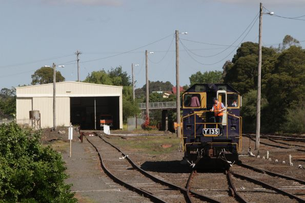 Y135 runs around the train after arriving back at Korumburra