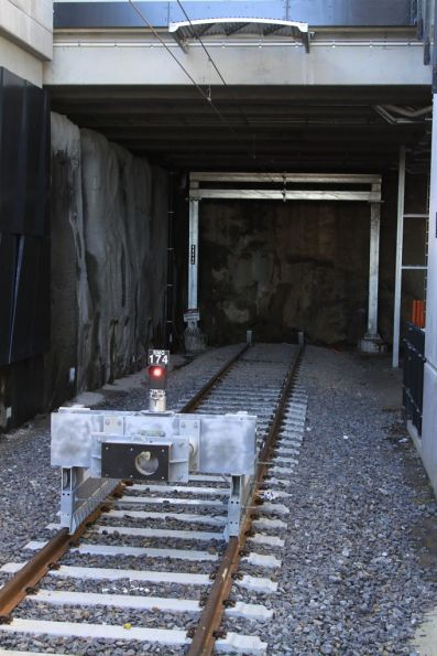 Train stop and friction arrestor with buffer light SMG174 for platform 2