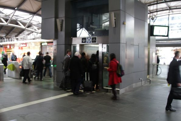 Failed escalators force passengers to use the lift to access Southern Cross platform 11 and 12