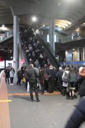 Queue to exit Southern Cross platform 13 and 14