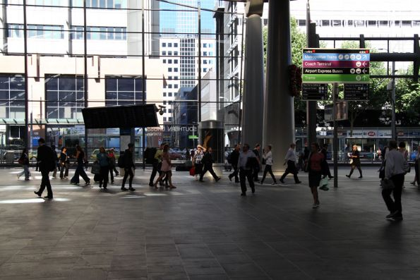 Afternoon peak at the Collins Street concourse