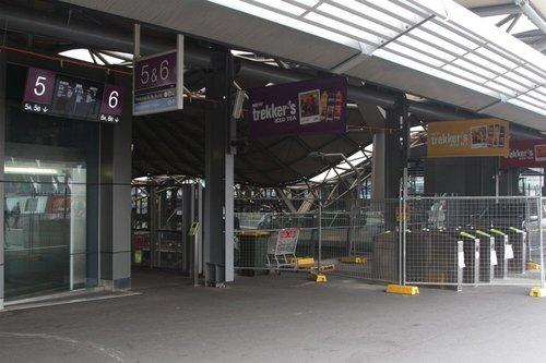 First bank of four myki gates, west of the entrance to platforms 5 and 6