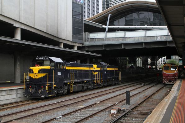 P22 and T357 run around the carriages at Southern Cross platform 2