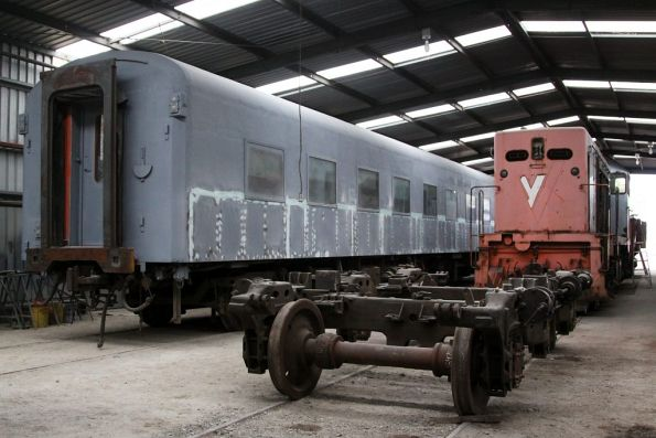 Various projects underway: repaint of sleeping carriage SZ287/VAM1, a S/B class bogie on temporary wheel sets, and T382