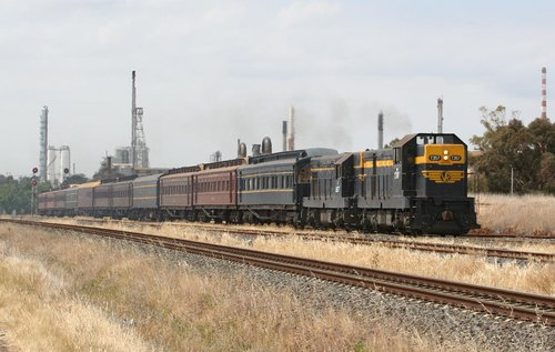 T357 and T320 take the tour toward Geelong, at North Shore