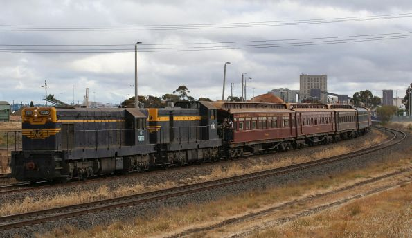 T320 and T357 return to Seymour, at North Shore