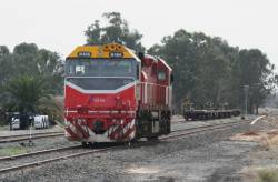 N468 running around at Tocumwal, container flats in the background