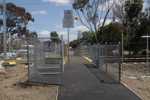 Pedestrian crossing still in place at Willis Street, but with automatic gates added