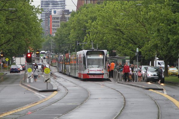 D1.3505 leads a long queue of stopped southbound trams at St Kilda Road and Grant Street