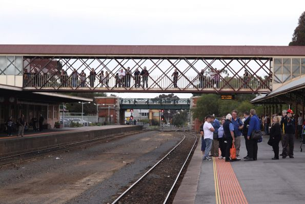 Crowd of railfans on the footbridge at Bendigo