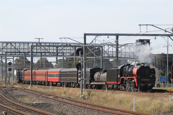 R761 leads the up train back through Sunshine on the suburban tracks