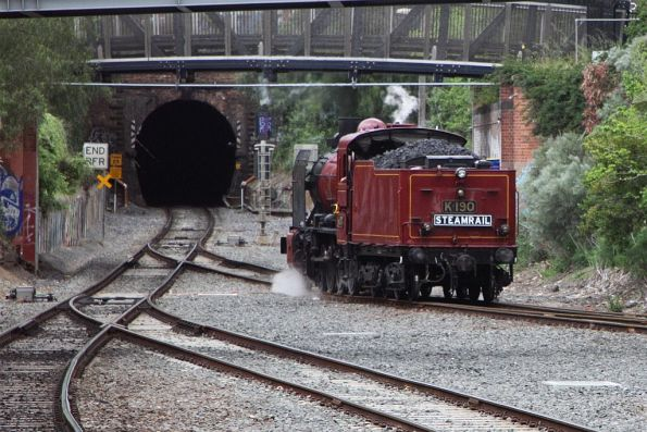 K190 heads towards the tunnel running around the carriages at Geelong station