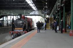 K190 runs around the carriages at Geelong station