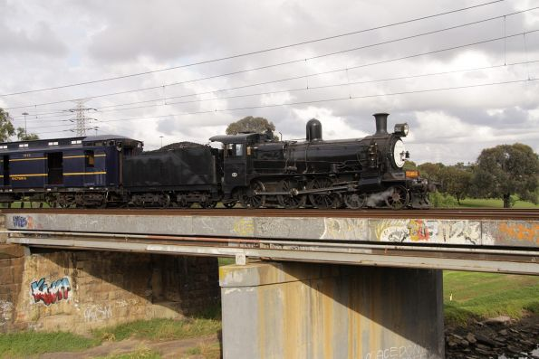 D3 639 leads the train over Stony Creek at Yarraville