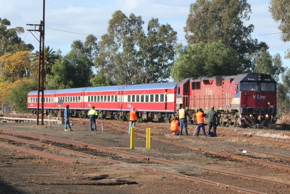 N466 arrives with the up Albury pass at Benalla