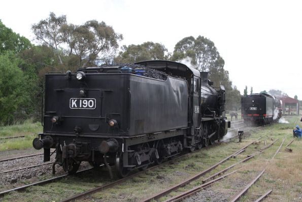 K190 shunts off to the turntable at Castlemaine