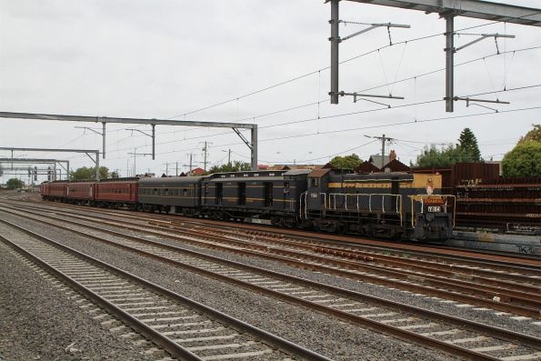Y164 leads the train along the dual gauge lines at Middle Footscray