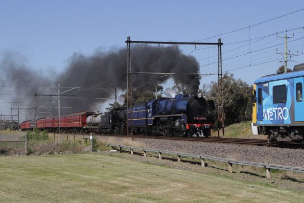 R711 leads K153 on the down at Ginifer