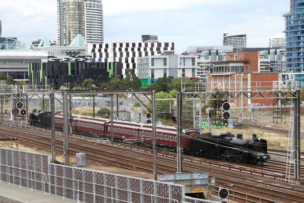 A2 986 leads an empty car move from Flinders Street Station to the Arrivals Yard so that the steam locomotives can be serviced