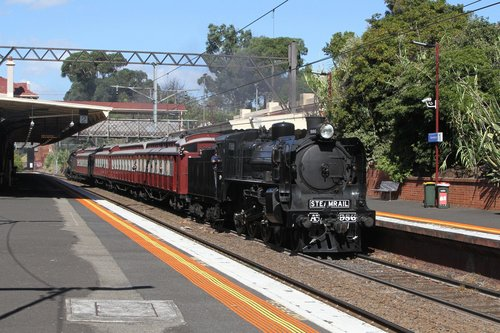 A2 986 passes through Hawksburn station with an up shuttle from Caulfield