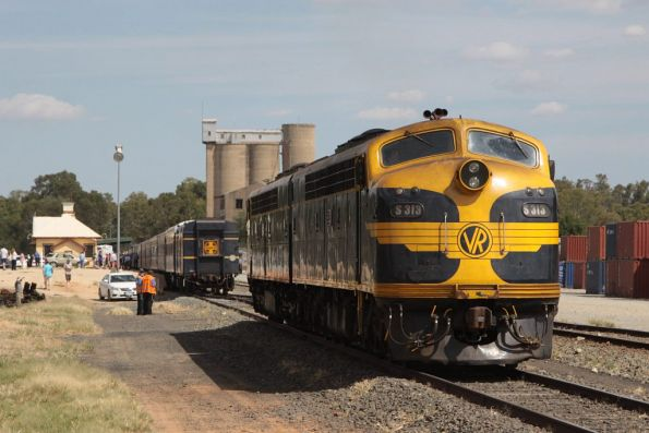 S313 leads the run around on arrival at Tocumwal