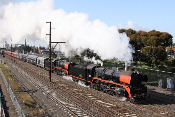 Steamrail - Twin R class to Bendigo - October 2010