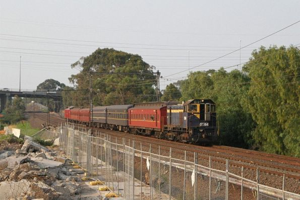 A solo Y164 approaches Yarraville on the up headed for Southern Cross