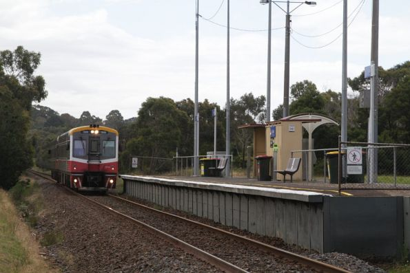 Sprinter leads 7009 classmate 7002 into Tyabb station on the down