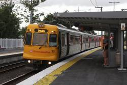 EMU33 arrives into Wooloowin with a southbound Ipswich service