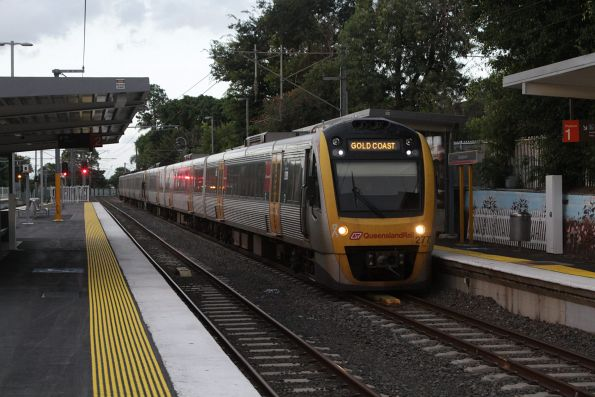 SMU227 arrives into Wooloowin station on a southbound Gold Coast service