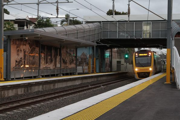 IMU164 arrives into Wooloowin station on a down Brisbane Airport service