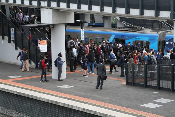 Outbound train terminates at Sunshine platform 2, with crowds of waiting citybound passengers ready to board