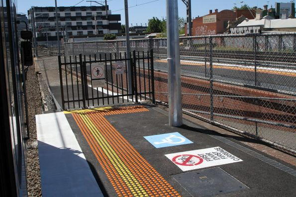 Short extension at the up end of Middle Footscray platform 1