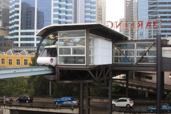 Monorail stopped for passengers at Darling Park station