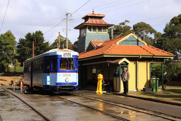 R1 2001 at the Railway Square tram shelter