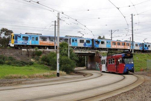 Cliché shot at Royal Park: a Siemens train passes over Z3.158