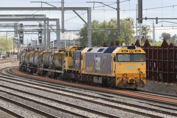 G522 leads T392 on the transfer through Middle Footscray