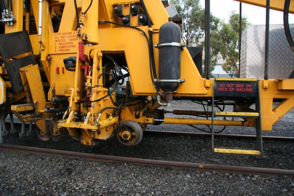 Small wheels and gripper for lifting rails when tamping