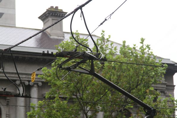 Pantograph resting right in the middle of a section insulator
