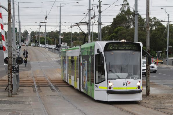 D1.3511 on route 72 crosses the tram square at Gardiner station